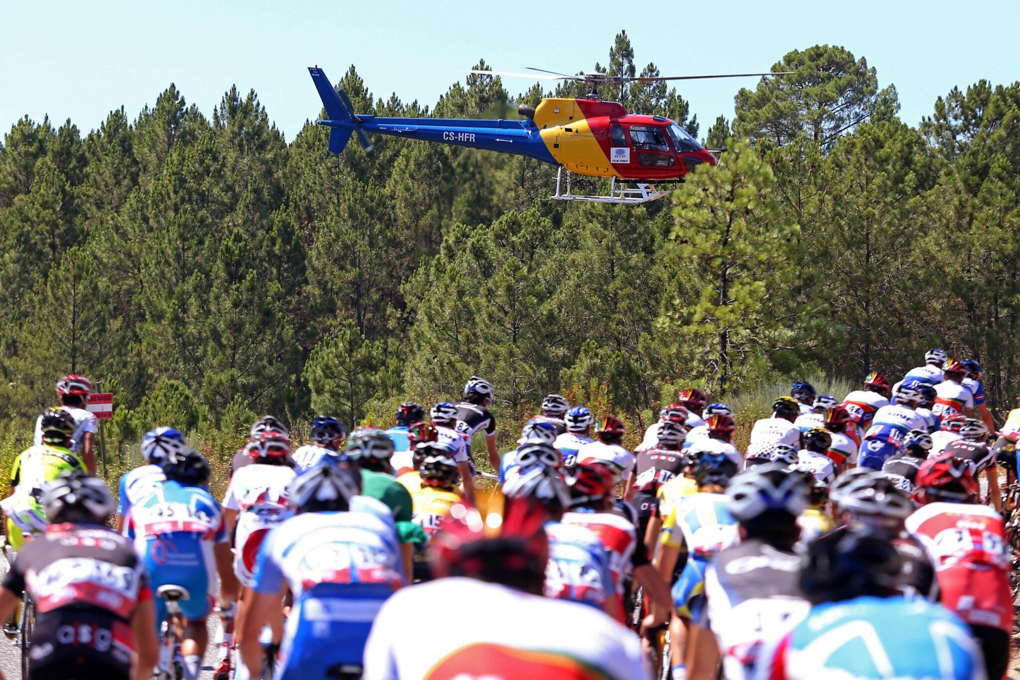 O pelotão é filmado por um helicóptero da televisão durante a 1ª Etapa da 74º Volta a Portugal em Bicicleta, disputada entre Termas do Monfortinho - Oliveira do Hospital, 16 de agosto de 2012. NUNO VEIGA/LUSA