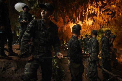 Resgate Na Tailandia Cave 300 027 Thai Cave Rescue Soldier Holding Cable In Lit Cave Gettyimages 984233480 Discovery Estreia «Resgate Na Tailândia». Documentário Sobre O Salvamento Das Crianças E Treinador