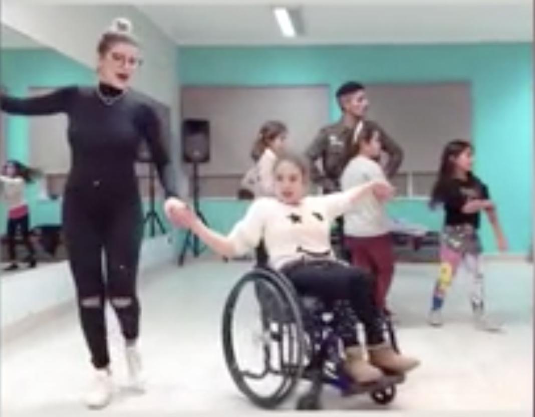 Cristiana Jesus Danca Menina Cadeira Rodas Cristiana Jesus Dá Aulas De Dança A Jovem Em Cadeira De Rodas