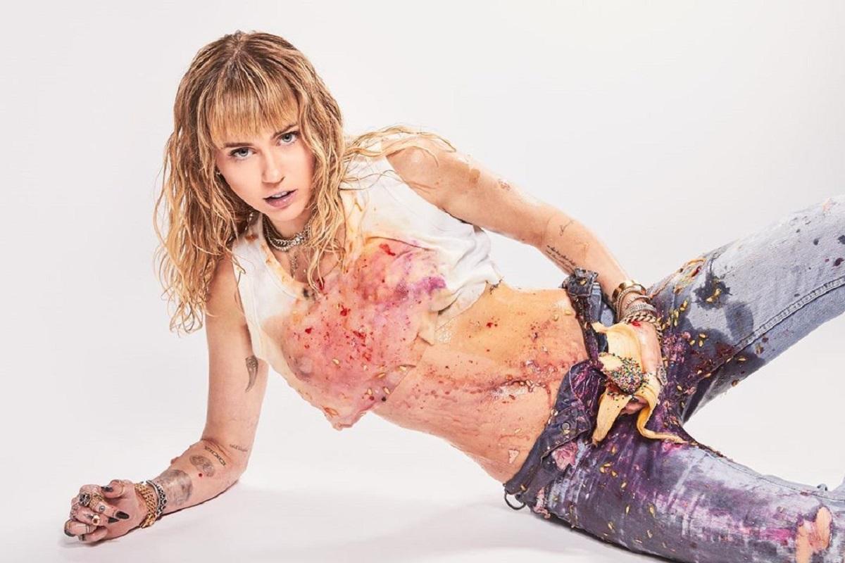 Miley Cyrus Cantora Norte-Americana Miley Cyrus Temeu Pela Vida Durante Viagem De Avião