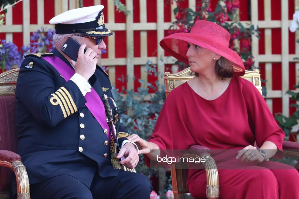 Principe Laurent Príncipe Belga Chamado À Atenção Por Estar Ao Telefone Durante Hino