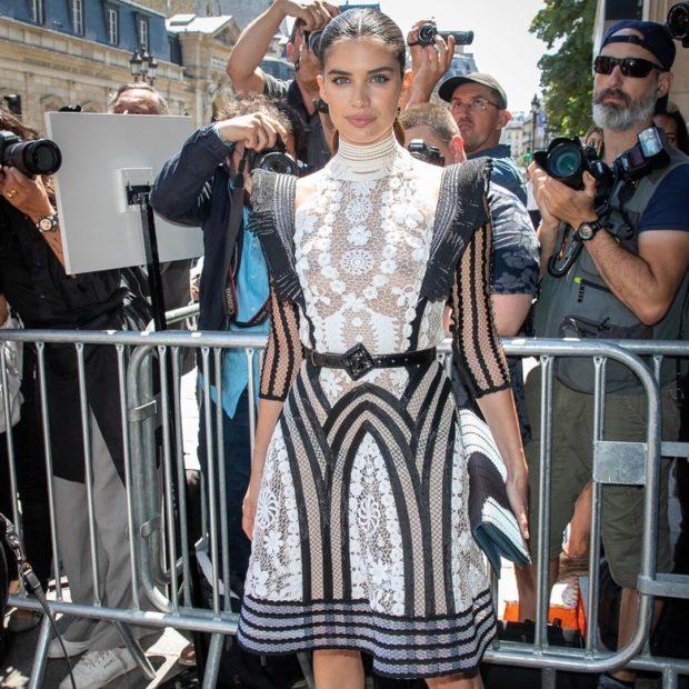 Sarasampaio1 Sara Sampaio Arrasa Em Vestido Com Transparências Em Paris