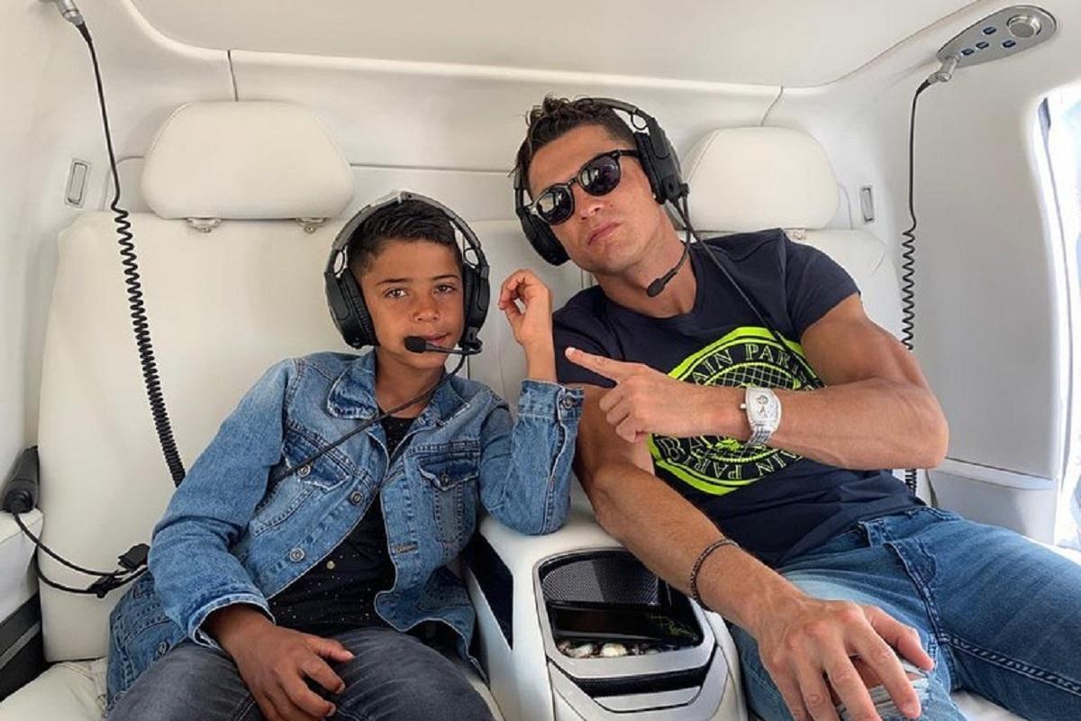Cristiano Ronaldo Cristianinho Cristiano Ronaldo E Filho 'Apanhados' A Jogar Durante Viagem No Seu Avião