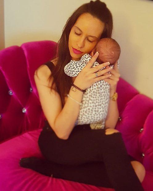 kika gomes filha maria clara Encantada com a maternidade, Kika Gomes comemora primeiro mês da filha