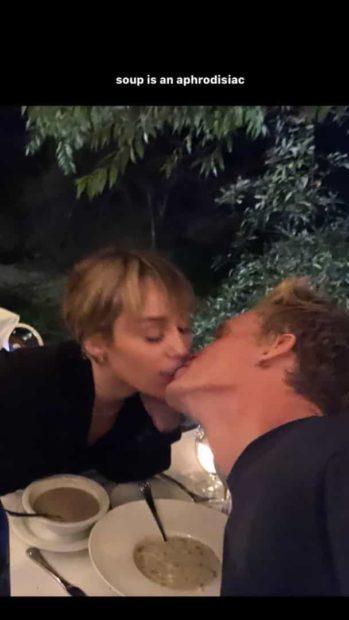 Miley O Beijo Romântico Entre Miley Cyrus E Cody Simpson