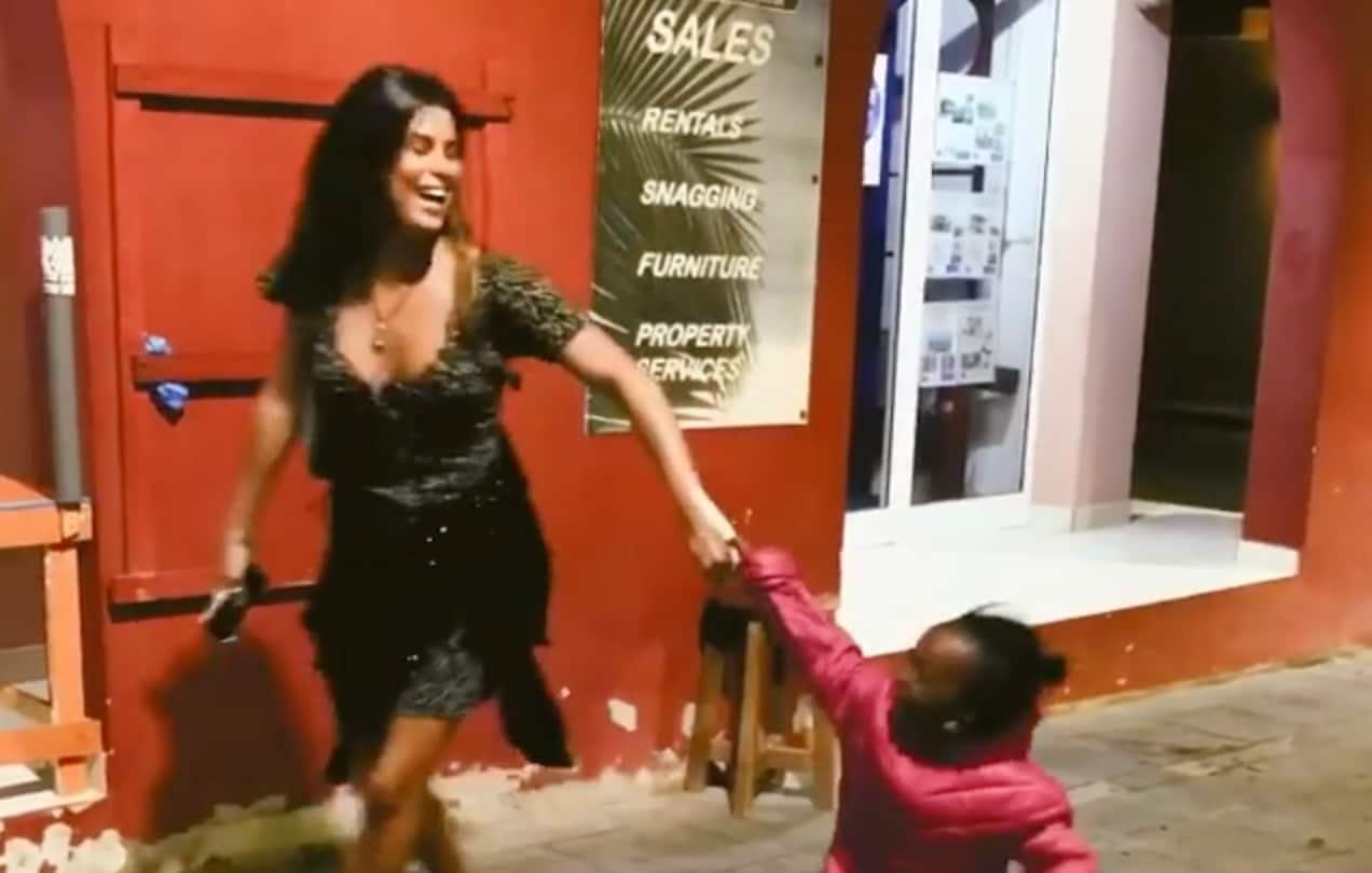 Carolina Loureiro Cabo Verde 1 Carolina Loureiro Em Momento Ternurento Com Menina Cabo-Verdiana