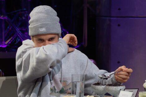 Justin Bieber 1 Scaled E1582328144316 Justin Bieber Quase Vomita Ao Comer Iogurte De Formiga
