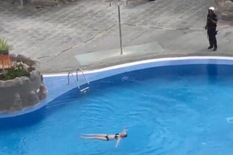 Espanha Turista Piscina E1584569501350 Covid-19: Turista Nada Em Piscina Vedada E Polícia Atira-Se À Água Para Retirá-La