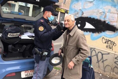 Policia Ajuda Idoso E1585581960938 As Imagens Emocionantes De Um Polícia A Ajudar Um Idoso A Colocar A Máscara