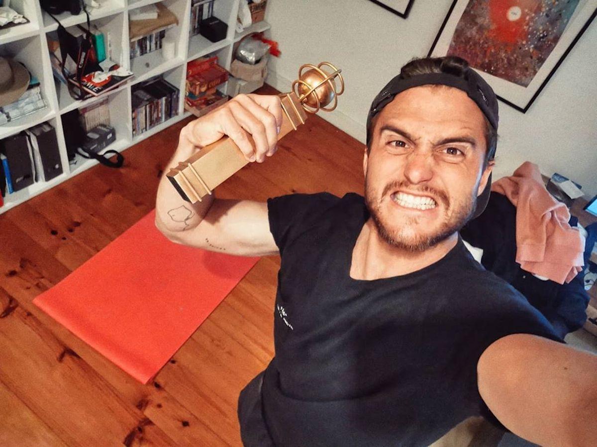 Tiago Teotonio Pereira Tiago Teotónio Pereira Usa Objeto Improvisado Para Fazer Exercícios Em Casa