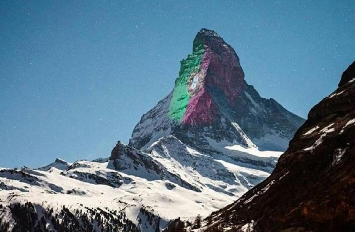 Bandeira Montanha Bandeira Portuguesa Ilumina Uma Das Mais Fotografadas Montanhas Do Mundo