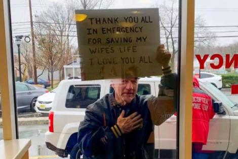 Homem Hospital Homem Agradece Com Cartaz À Porta Do Hospital: &Quot;Obrigado Por Salvarem A Minha Mulher!&Quot;