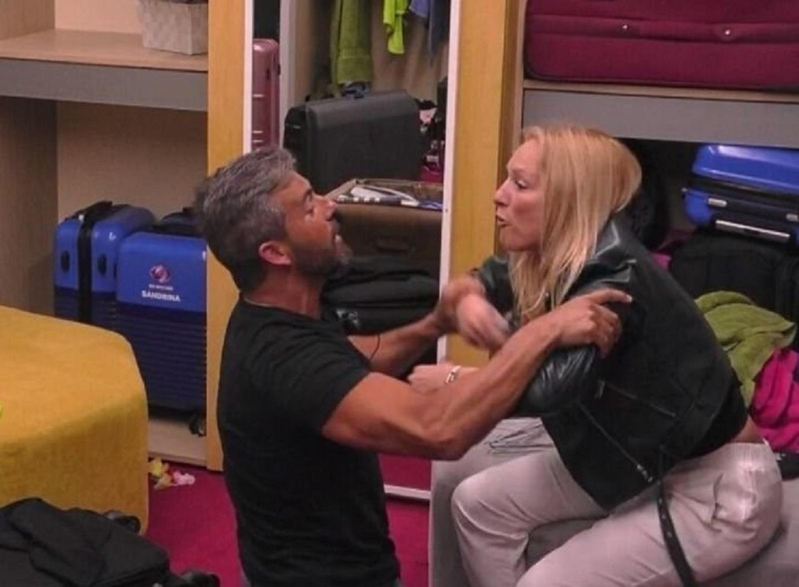 Helder Agarra Em Teresa Big Brother Big Brother! Hélder Agarra Teresa E 'Big Brother' Tem De Intervir