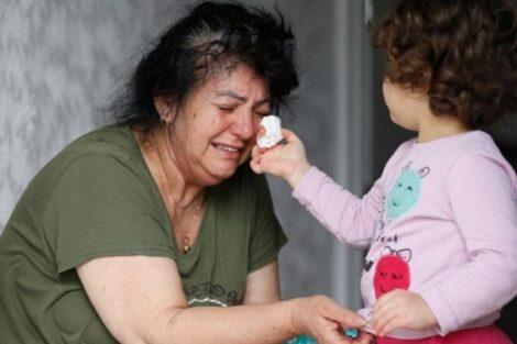 Avo E Neta Comovente! Menina Limpa As Lágrimas Da Avó Após A Mãe Ter Morrido Vítima Da Covid-19