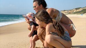 claudia-vieira-filhas-praia