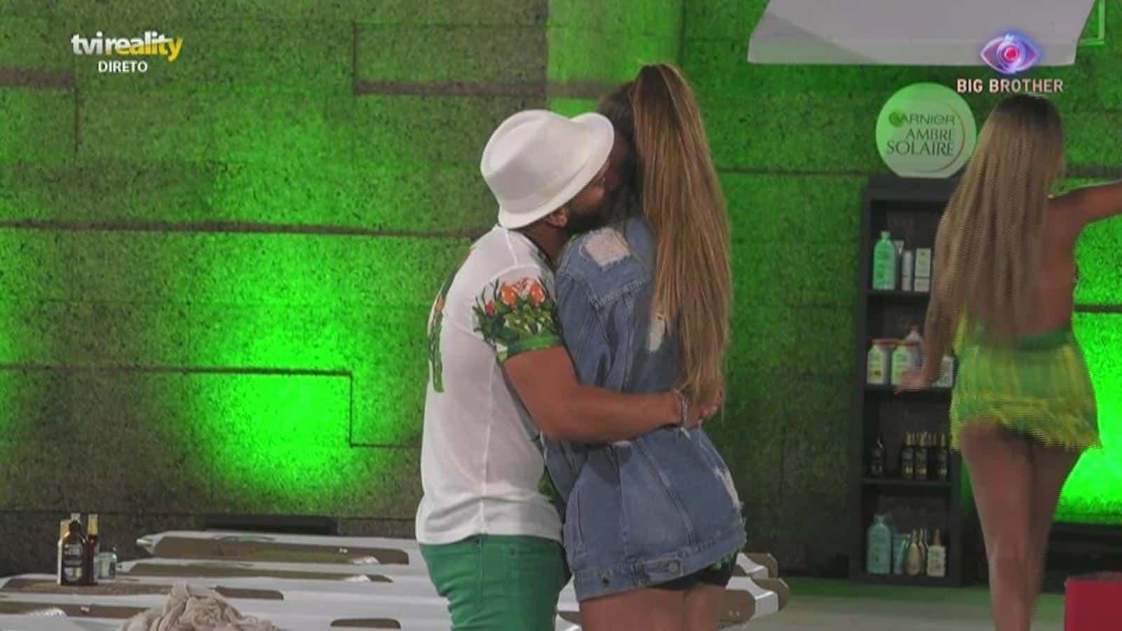 Big Brother Iury Daniel Monteiro 1 Big Brother: Daniel Monteiro Dá Beijo Atrevido A Iury E É Avisado