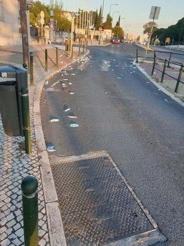 Passeio Lisboa Cheio Mascaras 2 Chão Repleto De Máscaras Usadas Em Frente Ao Hospital Santa Maria Em Lisboa
