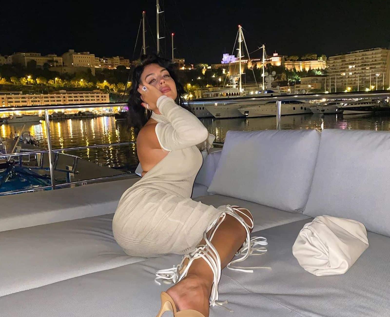 georgina-rodriguez-iate-pose